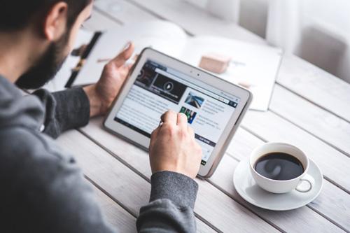 une personne lisant notre blog avec sa tablette